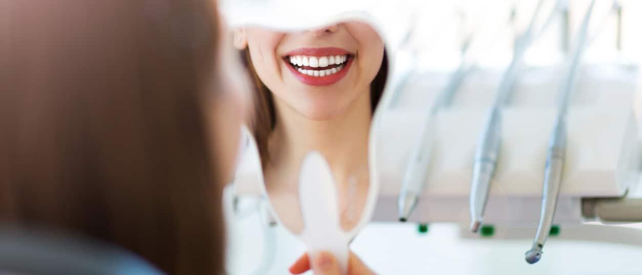 Mundhygiene - saubere Zähne im Spiegel