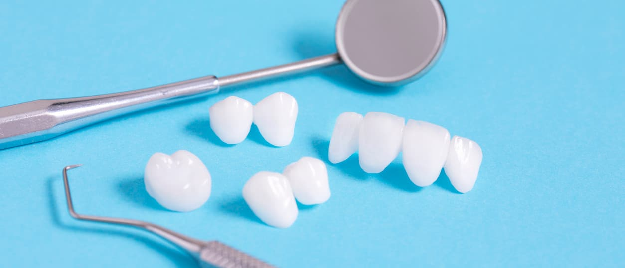 Zahnersatz - weisse Zähne und Zahnarztbesteck