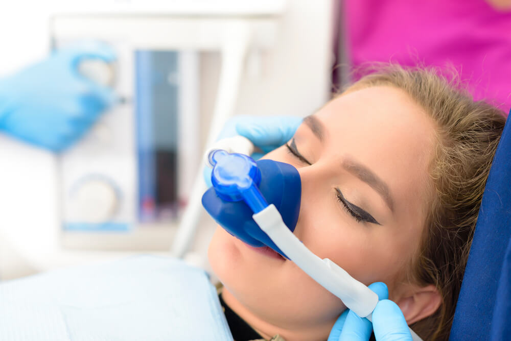 Zahnsanierung Vollnarkose - Frau mit Narkose